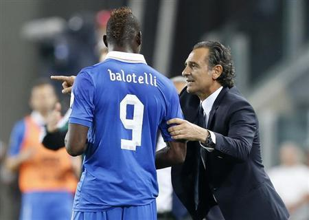 Italy's coach Cesare Prandelli (R) talks to Mario Balotelli during their 2014 World Cup qualifying soccer match against Czech Republic at the Juventus stadium in Turin, September 10, 2013. REUTERS/Stefano Rellandini