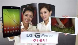 """LG Electronics a lancé lundi sa première tablette dotée d'un écran à haute résolution, accentuant à son tour la pression sur Apple. La """"G Pad 8.3"""" est la première tablette commercialisée par le géant sud-coréen de l'électronique en près de deux ans. /Photo diffusée le 7 octobre 2013/REUTERS/LG Electronics"""