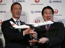 Presidente da Japan Airlines, Yoshiharu Ueki, e chefe-executivo da Airbus, Gabrice Bregier, posam para foro com um modelo do Airbus A350 durante coletiva de imprensa, em Tóquio. A Airbus anunciou sua primeira encomenda de aviões da Japan Airlines (JAL) nesta segunda-feira, entrando no último grande mercado de aviação dominado pela Boeing em um movimento que sugere que a empresa dos Estados Unidos pode pagar pela estreia conturbada do 787 Dreamliner. 7/10/2013. REUTERS/Toru Hanai