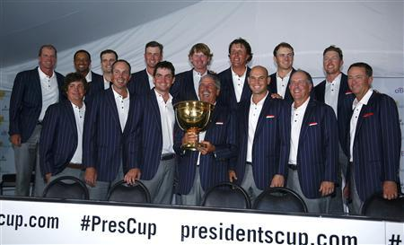U.S. team captain Fred Couples holds the Presidents Cup during a team picture after the U.S. defeated the International team in the 2013 Presidents Cup golf tournament at Muirfield Village Golf Club in Dublin, Ohio October 6, 2013. REUTERS/Jeff Haynes