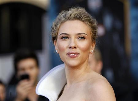 Cast member Scarlett Johansson poses at the premiere of the movie ''Iron Man 2'' at El Capitan theatre in Hollywood, California April 26, 2010. REUTERS/Mario Anzuoni