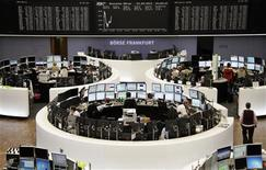 Un grupo de operadores en sus puestos de trabajo en la Bolsa de Comercio de Fráncfort, sep 23 2013. Las acciones europeas cerraron el lunes con ligeras pérdidas una sesión de poco volumen que estuvo marcada por el estancamiento de las negociaciones para aprobar el presupuesto en Estados Unidos. REUTERS/Remote/Stringer