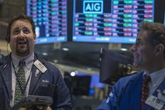 Traders au New York Stock Exchange. La Bourse de New York a fini en baisse de 0,90% lundi, prolongeant son recul entamé il y a deux semaines, en l'absence de progrès dans les négociations sur le budget et sur la dette. L'indice Dow Jones des 30 industrielles a cédé 0,90%, le S&P-500 0,85%, et le Nasdaq Composite 0,98%. /Photo prise le 7 octobre 2013/REUTERS/Brendan McDermid