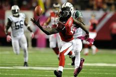 Oct 7, 2013; Atlanta, GA, USA; Atlanta Falcons wide receiver Julio Jones (11) makes a one handed catch behind New York Jets cornerback Antonio Cromartie (31) during the second half at the Georgia Dome. Dale Zanine-USA TODAY Sports