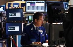 Трейдер на торгах фондовой биржи в Нью-Йорке 20 мая 2013 года. Американские акции подешевели в понедельник, продолжая снижение вторую неделю подряд, поскольку инвесторы до сих пор не увидели продвижения в переговорном процессе об увеличении госрасходов и повышении лимита госдолга страны. REUTERS/Mike Segar