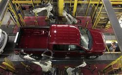 Dans l'usine Ford de Dearborn, dans le Michigan. Ford prévoit d'augmenter d'un tiers sa production de véhicules à travers le monde d'ici 2017 en se dotant de nouvelles usines dans les marchés émergents, en transformant ses méthodes de production et en faisant tourner la plupart de ses sites 24 heures sur 24. /Photo prise le 16 septembre 2013/REUTERS/Rebecca Cook