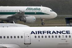 Air France-KLM figure parmi les valeurs à suivre mardi à la Bourse de Paris alors qu'Alitalia réunit un conseil d'administration. Rome cherche une entité publique pour soutenir la compagnie aérienne, selon une source proche du dossier, pour qui une fusion avec Air France-KLM serait la solution la plus réaliste. /Photo prise le 7 janvier 2013/REUTERS/Charles Platiau