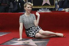 Американская актриса Скарлетт Йоханссон у своей звезды на Аллее славы в Голливуде 2 мая 2012 года. Американская актриса Скарлетт Йоханссон была вновь признана журналом Esquire самой сексуальной женщиной из ныне живущих, сообщило издание в понедельник вечером. REUTERS/Mario Anzuoni