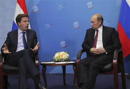 Russia's President Vladimir Putin (R) speaks with Netherlands' Prime Minister Mark Rutte during their meeting at the International Economic Forum in St. Petersburg, Russia, June 20, 2013. REUTERS/Anatoly Maltsev/Pool