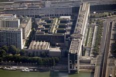 Vue aérienne du ministère de l'Economie et des Finances, à Paris. La surtaxe d'impôt sur les sociétés va être portée à 10,7% pour les entreprises réalisant un chiffre d'affaires d'au moins 250 millions d'euros. Le produit de cette surtaxe, dont le niveau est actuellement de 5%, est attendu à 2,5 milliards d'euros l'an prochain. /Photo prise le 14 juillet 2013/REUTERS/Charles Platiau