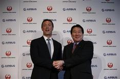 Japan Airlines President Yoshiharu Ueki (R) shakes hands with Airbus Chief Executive Fabrice Bregier during their joint news conference in Tokyo October 7, 2013. REUTERS/Toru Hanai