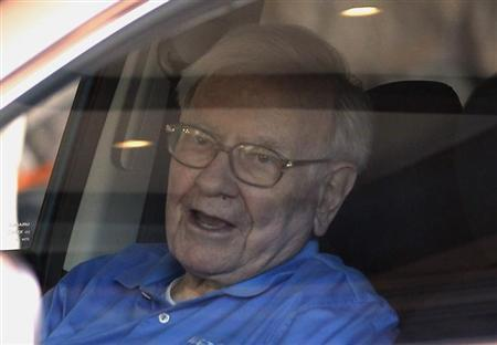 Berkshire Hathaway CEO Warren Buffett waits in his car on arrival at the annual Allen and Co. conference in Sun Valley, Idaho July 9, 2013. REUTERS/Rick Wilking/Files