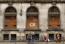 La banque nationalisée Catalunya Banc a négocié avec ses syndicats un plan prévoyant plus de 2.000 suppressions d'emplois, en prélude à sa vente attendue en fin d'année. /Photo prise le 6 mars 2013/REUTERS/Albert Gea