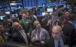 L'impasse politique autour du budget et du plafond de la dette ne pèsera pas durablement sur les actions américaines et l'indice S&P 500 devrait terminer l'année sur une hausse de 21%, selon l'enquête trimestrielle Reuters. /Photo prise le 7 octobre 2013/REUTERS/Brendan McDermid