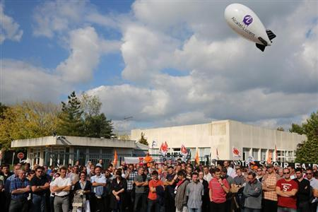 Employees of Alcatel-Lucent demonstrate in front of the company site in Orvault near Nantes, western France, October 8, 2013. REUTERS/Stephane Mahe