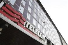 Telecom Italia envisage de céder sa participation de 67% dans l'opérateur mobile brésilien Tim Partecipacoes afin de réduire sa lourde dette, selon une source proche du dossier. /Photo d'archives/REUTERS/Stefano Rellandini