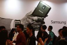 Foto de arquivo do lançamento do Samsung Galaxy Note 3 em Jacarta, na Indonésia. A Samsung Electronics lançou nesta quarta-feira uma versão do popular smartphone Galaxy Note com uma tela curvada, chegando um passo mais perto de apresentar dispositivos vestíveis com telas flexíveis. 26/09/2013 REUTERS/Beawiharta