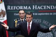 El presidente mexicano Enrique Peña Nieto en una presentación en su residencia oficial en Ciudad de México, sep 8 2013. El gobernante Partido Revolucionario Institucional (PRI) de México está dispuesto a ajustar la propuesta de reforma fiscal enviada por el presidente Enrique Peña, que ha causado un gran rechazo entre partidos de oposición y sectores empresariales. REUTERS/Edgard Garrido