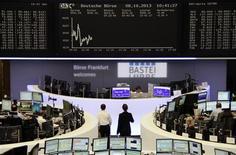 Un grupo de operadores en sus estaciones de trabajo en la bolsa de comercio de Fráncfort, oct 8 2013. Las acciones de la zona euro se mantuvieron estables el miércoles, superando el desempeño de sus pares británicas y suizas tras exitosas subastas de deuda soberana en Italia y España que impulsaron al sector bancario y a las bolsas de la periferia de la región. REUTERS/Remote/Stringer