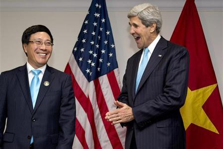 U.S. Secretary of State John Kerry (R) and Vietnam's Foreign Minister Pham Binh Minh smile during an Association of Southeast Asian Nations (ASEAN) meeting in Bandar Seri Begawan July 2, 2013. REUTERS/Jacquelyn Martin/Pool