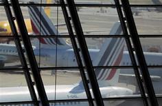 Air France-KLM, à suivre jeudi à la Bourse de Paris. Alitalia, dont la compagnie détient 25%, a besoin d'une augmentation de capital de 300 millions d'euros et d'une ligne de crédit bancaire de 200 millions pour assurer sa survie. /Photo d'archives/REUTERS/Eric Gaillard