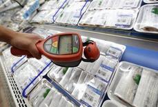 Человек счетчиком Гейгера измеряет уровни радиации в рыбных продуктах на рынке в Сеуле 6 сентября 2013 года. Уровни радиации в морской воде у аварийной японской АЭС Фукусима достигли максимальных значений за последние два года, сообщил оператор АЭС компания Tokyo Electric Power Co (TEPCO). REUTERS/Lee Jae-Won