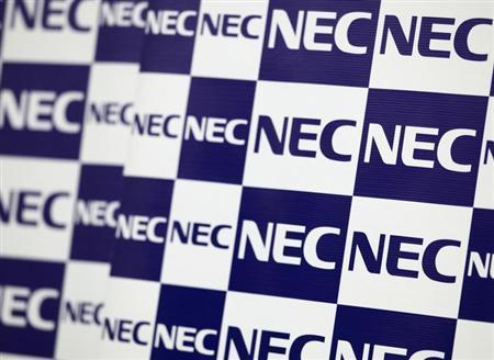 10月10日、NECは、傘下のインターネット接続業者NECビッグローブを売却する手続きに入った。写真は同社のロゴ。昨年10月撮影(2013年 ロイター/Yuriko Nakao)