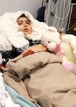 """Малафа Юсуфзай в палате госпиталя в Бирмингеме, восстанавливающаяся после ранения в голову пулей талибов. Фото получено от Queen Elizabeth Hospital 19 октября 2012 года. Юная пакистанская активистка, в которую в прошлом году стреляли боевики """"Талибана"""", мстя за борьбу за права девочек, получила ежегодную премию Евросоюза в области прав человека, опередив бывшего сотрудника американских спецслужб Эдварда Сноудена. REUTERS/Queen Elizabeth Hospital Birmingham/Handout"""