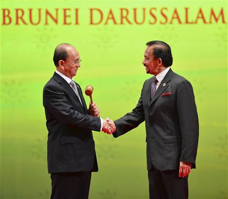 Myanmar's President Thein Sein (L), chairman of the next ASEAN Summit, shakes hand with Brunei's Sultan Hassanal Bolkiah after receiving the ASEAN Gavel during the Closing Ceremony of the 23rd ASEAN Summit in Bandar Seri Begawan, October 10, 2013. REUTERS/Ahim Rani