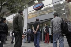 Devant une agence pour l'emploi à Athènes. Si la Grèce a vu sa situation budgétaire s'améliorer, la montée du chômage s'est poursuivie, pour s'établir à 27,6% de la population active en juillet. /Photo prise le 10 octobre 2013/REUTERS/John Kolesidis