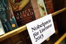 """Livros da escritora canadense Alice Munro, vencedora do prêmio Nobel de Literatura em 2013, durante feira literária em Frankfurt, 10 de outubro de 2013. A canadense Alice Munro venceu o Prêmio Nobel de Literatura nesta quinta-feira por sua narrativa afinada, que fez o comitê responsável pela escolha apontá-la como a """"mestre contemporânea dos contos"""". 10/10/2013 REUTERS/Ralph Orlowski"""