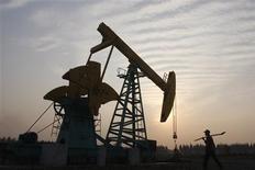 L'Organisation des pays exportateurs de pétrole (Opep) a abaissé sa prévision de la demande pour le brut produit par le cartel au quatrième trimestre et indiqué que ses niveaux de production restaient supérieurs aux besoins anticipés pour 2014. /Photo d'archives/REUTERS