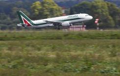 Le gouvernement italien s'efforçait jeudi d'éviter à Alitalia une cessation de paiement humiliante après l'avertissement lancé par les syndicats de la compagnie aérienne et la menace du pétrolier Eni d'interrompre l'approvisionnement en kérosène. /Photo prise le 9 octobre 2013/REUTERS/Max Rossi