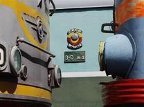 Герб СССР виднеется между локомотивами в музее железных дорог в Москве 1 июля 2012 года. Аэрофлот откликнулся на призыв Кремля, презентовав проект низкобюджетной авиакомпании и назвав её главным конкурентом на слаборазвитом и зажатом бюрократическими и инфраструктурными барьерами рынке государственную железнодорожную монополию. REUTERS/Sergei Karpukhin