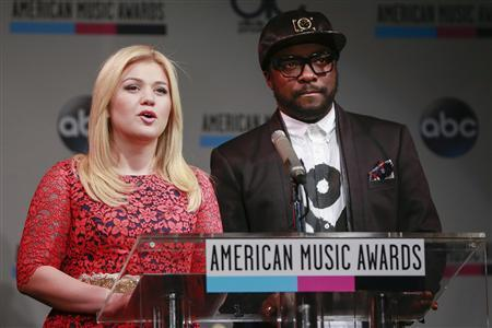 Singer Kelly Clarkson and rapper Will.i.am (R) speak during the announcement of the 2013 American Music Awards nominations press conference in New York, October 10, 2013. REUTERS/Shannon Stapleton
