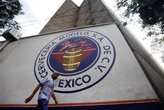 Un hombre pasa junto al logo del grupo Modelo en Ciudad de México, jul 16 2013. La inversión extranjera directa en América Latina y el Caribe registró un moderado crecimiento del 6 por ciento en el primer semestre, favorecida por la compra de la cervecera mexicana Modelo, dijo el jueves la Comisión Económica para América Latina y el Caribe (CEPAL). REUTERS/Edgard Garrido