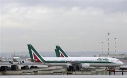 Le gouvernement italien envisage de contribuer à un plan de sauvetage de 500 millions d'euros pour éviter à Alitalia une cessation de paiement humiliante après l'avertissement lancé par les syndicats de la compagnie aérienne et la menace du pétrolier ENI d'interrompre l'approvisionnement en kérosène. /Photo prise le 9 octobre 2013/REUTERS/Max Rossi
