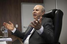 O ministro da Fazenda, Guido Mantega, gesticula durante entrevista exclusiva à Reuters nesta quinta-feira, em Sao Paulo. 10/10/2013 REUTERS/Nacho Doce