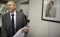 O ministro da Fazenda, Guido Mantega, chega a entrevista com a Reuters em São Paulo. 10/10/2013 REUTERS/Nacho Doce