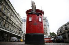 Le Royaume-Uni a vendu jeudi une participation majoritaire dans Royal Mail à un prix de 330 pence par action qui valorise le service postal de Sa Majesté et ses célèbres boîtes aux lettres rouges à 3,3 milliards de livres (3,8 milliards d'euros). La cotation de Royal Mail débutera ce vendredi à 7h00 GMT à la Bourse de Londres et certains analystes s'attendent à ce que le titre soit demandé à plus de 400p. /Photo prise le 8 octobre 2013/REUTERS/Andrew Winning