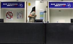 Le titre Air France-KLM figure au rang des valeurs à suivre ce vendredi à la Bourse de Paris, au lendemain de la confirmation par l'Etat italien qu'il participerait à une augmentation de capital d'Alitalia à condition que la compagnie change de stratégie et que ses actionnaires actuels -dont la compagnie franco-néerlandaise, qui détient 25%- mettent au pot eux aussi. Le conseil d'administration d'Alitalia se réunit en début d'après-midi. /Photo d'archives/REUTERS/Sergio Moraes