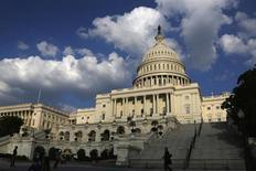 Вид на Капитолий в Вашингтоне 6 октября 2013 года. Президент Барак Обама и лидеры республиканцев, кажется, готовы положить конец политическому кризису, который привел к частичной остановке работы правительства и опасно приблизил страну к дефолту. REUTERS/Jonathan Ernst