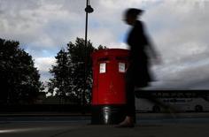 Royal Mail a ouvert à 450 pence vendredi pour ses débuts boursiers en Bourse de Londres, soit 36% au-dessus de son prix de privatisation. Cette forte hausse risque de relancer le débat sur la possibilité que cette privatisation n'ait été faite moyennant une mise à prix trop basse, une critique qui revient souvent dans la bouche de l'opposition travailliste. /Photo prise le 8 octobre 2013/REUTERS/Andrew Winning