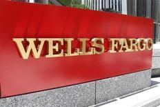 Логотип Wells Fargo в центре Лос-Анджелеса 17 июля 2012 года. идер ипотечного рынка США Wells Fargo & Co в третьем квартале 2013 года увеличил прибыль на 13 процентов в результате роспуска части резервов под проблемные кредиты. REUTERS/Fred Prouser