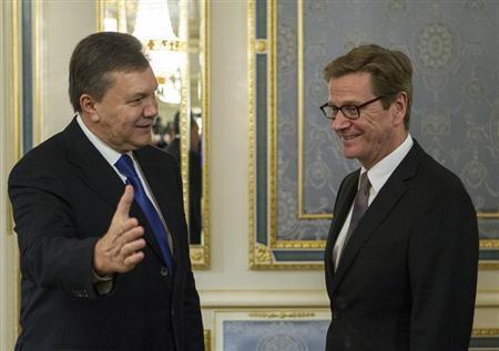 Ukrainian President Viktor Yanukovich (L) welcomes German Foreign Minister Guido Westerwelle during their meeting in Kiev October 10, 2013. REUTERS/Gleb Garanich
