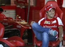 Piloto brasileiro Felipe Massa sorri na garagem da Ferrari, no circuito de Suzuka, antes do Grande Prêmio do Japão de F1. Felipe Massa foi campeão mundial da Fórmula 1 por 40 segundos em 2008, antes que Lewis Hamilton ficasse com o troféu na última curva de Interlagos. Mas o piloto brasileiro não perde a esperança de ter uma segunda chance, apesar de estar se despedindo da Ferrari. REUTERS/Toru Hanai
