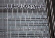 Imagen de archivo de la sede del banco JP Morgan en Londres, sep 19 2013. JPMorgan Chase, el mayor banco de Estados Unidos por activos, reportó una inusual pérdida trimestral después de incurrir en 9.200 millones de dólares en gastos legales, incluyendo dinero reservado para futuros acuerdos judiciales. REUTERS/Neil Hall