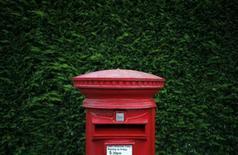 Pour ses débuts en Bourse, l'action Royal Mail se traitait vendredi après-midi plus de 30% au-dessus de son cours d'introduction, une envolée qui a ravivé les critiques de l'opposition travailliste et des syndicats sur une mise à prix jugée trop basse. Vers 14h45 GMT, le titre s'échangeait à 440 pence. /Photo prise le 12 septembre 2013/REUTERS/Phil Noble