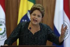 A presidente Dilma Rousseff fala durante coletiva de imprensa recebendo Horacio Cartes, presidente do Paraguai, ao fim de setembro, no Palácio do Planalto, em Brasília. Nesta sexta-feira a presidente afirmou que não pode se preocupar com oscilações do cenário eleitoral. 30/09/2013 REUTERS/Ueslei Marcelino