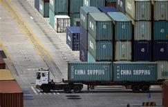 Dans le port de Shanghai. Les exportations chinoises ont de façon inattendue reculé de 0,3% en septembre par rapport à septembre 2012, tandis que les importations ont progressé de 7,4% dans le même temps, et la balance commerciale de la Chine a été excédentaire de 15,2 milliards de dollars en septembre. /Photo prise le 26 septembre 2013/REUTERS/Carlos Barria